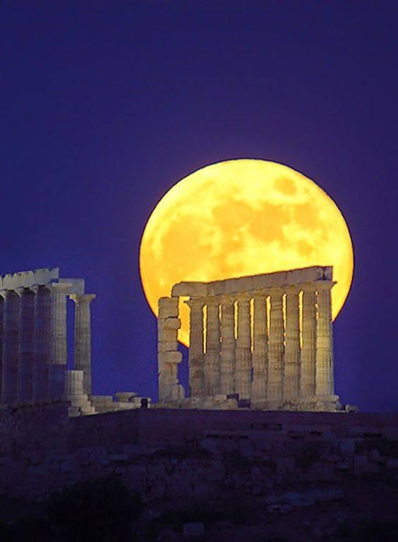 그리스의 포세이돈 사원 뒤의 달.jpg