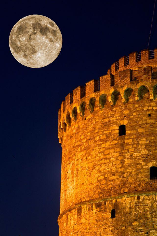 테살로니키의 화이트 타워를 넘어 보름달....jpg
