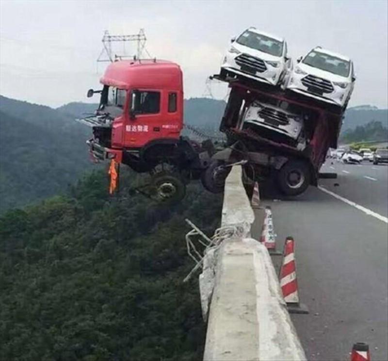 위기에 처한 트럭.jpg